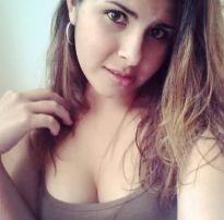 Ninfeta tirando selfies peladinha no quarto