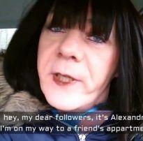 Travesti cross gritando na rola dura faz um escândalo para dar o rabo