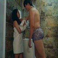 Gozando rápido nesse sexo amador no banheiro