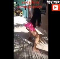 Morena novinha dançando de vestidinho e provocando
