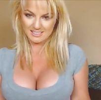 Loira peituda e gostosa safada mostrando os peitos na webcam