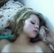 Loirinha sendo acordada com um pinto em sua bucetinha