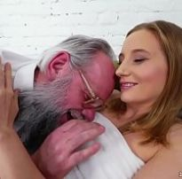 Pai come filha magrinha pela primeira vez esfolando sua bucetinha rosa