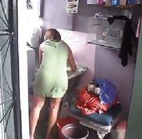 Vizinha lavando roupa provocando