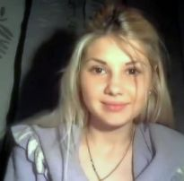 Loirinha com rosto lindo se despindo na frente da webcam – pimbada