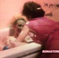 Morena dando banho na amiga loira gostosa | blonde tube