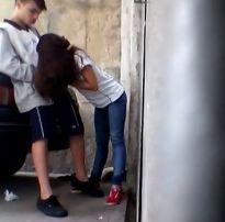 Novinha forçada pelo namorado a mamar atrás do carro – pimbada