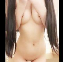 Asiática fantasiada de enfermeira se masturbando