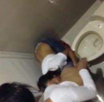 Flagra amador de duas gostosas lésbicas se chupando no banheiro do baile funk