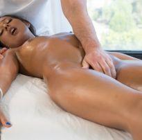 Moreninha é seduzida e dá para massagista