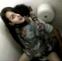 Novinha louca por pica chamou seu colega pra fuder no banheiro do shop