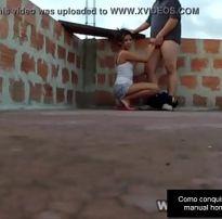 Sexo caseiro com novinha safadinha em cima da laje e cai no xvideos