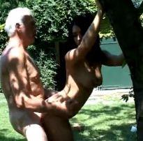 Jovem quente sendo fodida no mato por um cara velho cheio de viagra