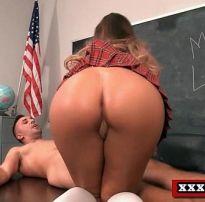 Sexo escondido com estudante perfeita cavalgando na pica do professor