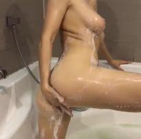 Ninfeta peituda gostosa batendo uma siririca na banheira