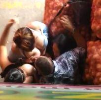 Flagra três safadas no cio abusam do cara na feira