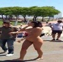 Safadinha dando uma volta na praça peladinha