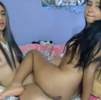 Lésbicas excitadas na webcam meia nove e esfregação de bucetas até gozar