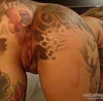 Novinha com tatuagem no cu pelada de quatro