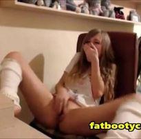 Novinha goza vendo pornô