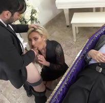 Comendo a viúva no velório do marido pra todo mundo ver