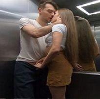 Sexo arriscado dentro do elevador