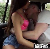 Comendo novinha linda no carro