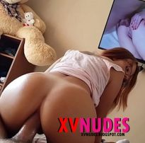 Eu fodo cuzinho dela enquanto assiste pornô